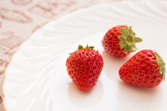 白いお皿に苺3つの写真