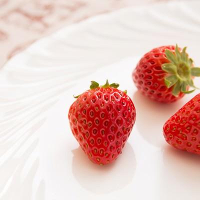 「白いお皿に苺3つ」の写真素材