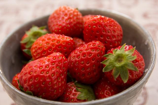 お椀に入ったイチゴの写真