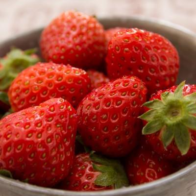 「お椀に入ったイチゴ」の写真素材