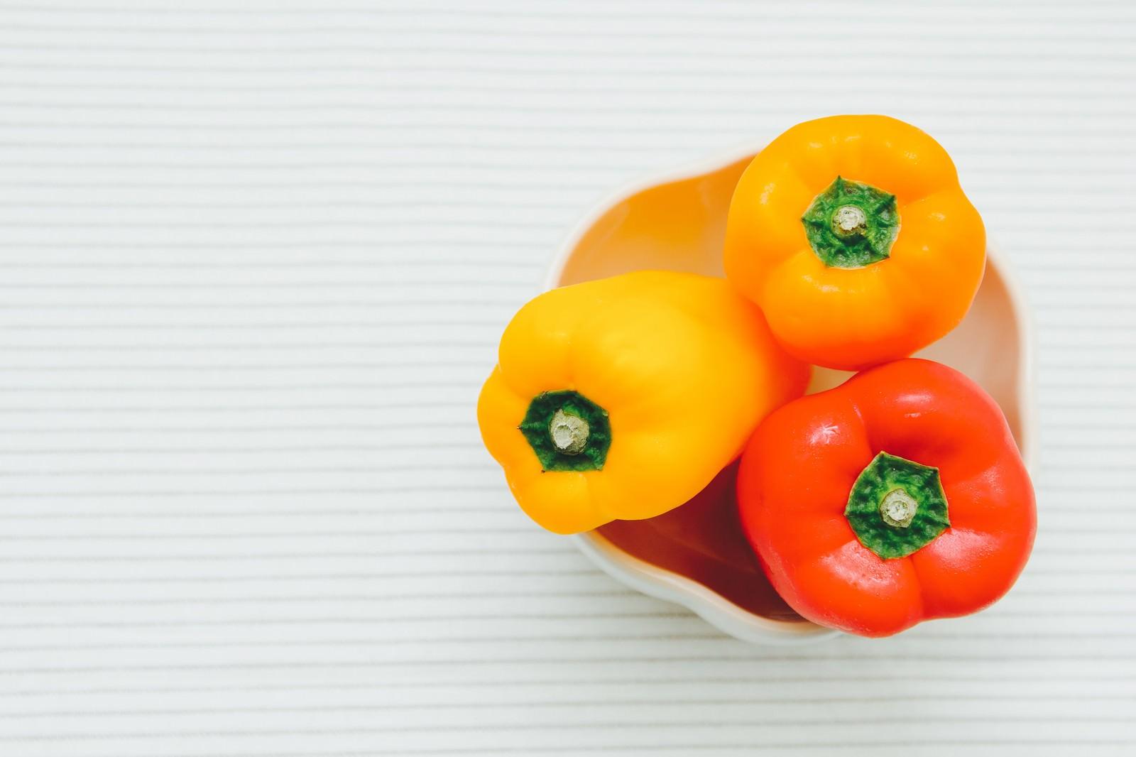 「黄色とオレンジのパプリカ」の写真