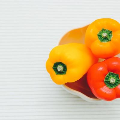 「黄色とオレンジのパプリカ」の写真素材