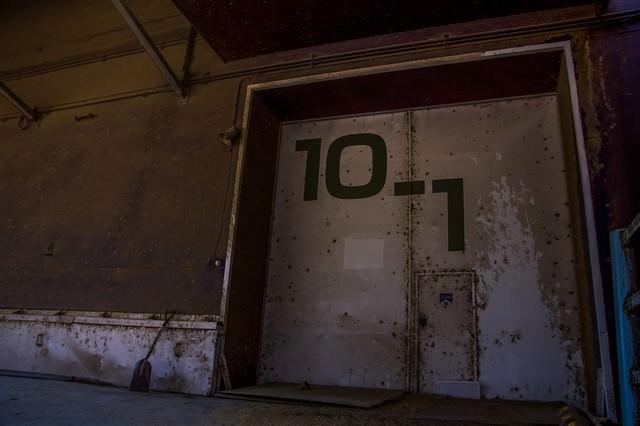 錆びた扉の貸し倉庫の写真