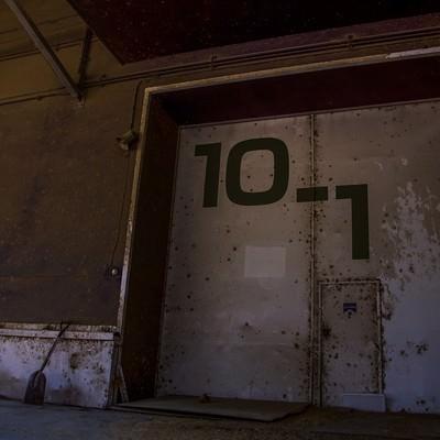「錆びた扉の貸し倉庫」の写真素材