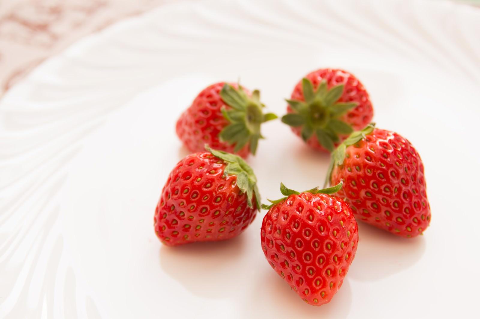「お皿に盛られた苺」