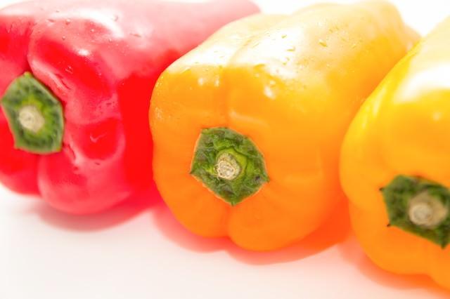 赤と黄色のパプリカの写真