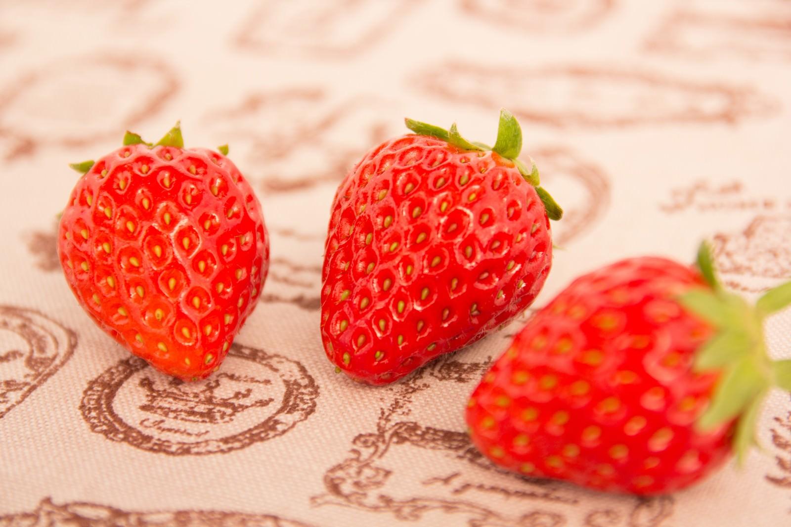 「イチゴ3つイチゴ3つ」のフリー写真素材を拡大