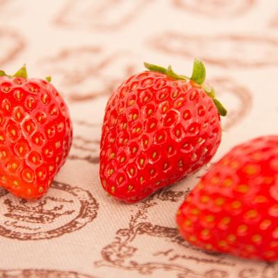 「イチゴ3つ」の写真素材