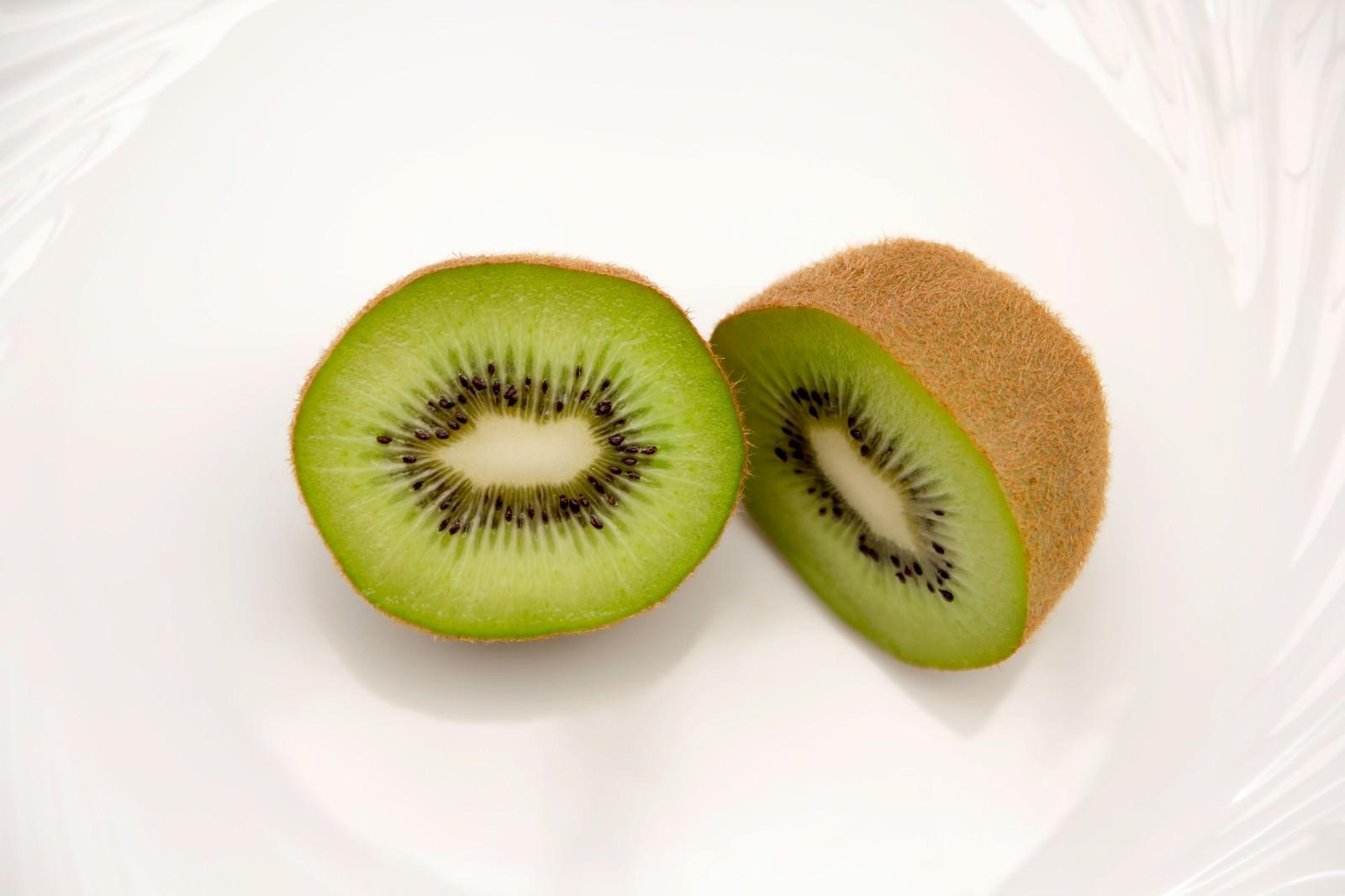 「カットしたキウイフルーツカットしたキウイフルーツ」のフリー写真素材を拡大