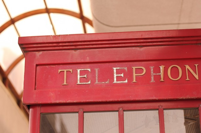 「TELEPHONE」と書かれた電話ボックスの写真