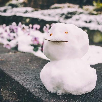 「ちょっとだけ積もった雪で作った小さな雪だるま」の写真素材