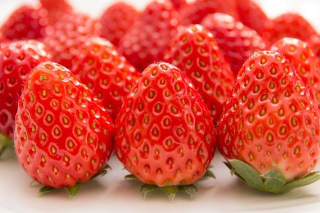 並べられた苺の写真