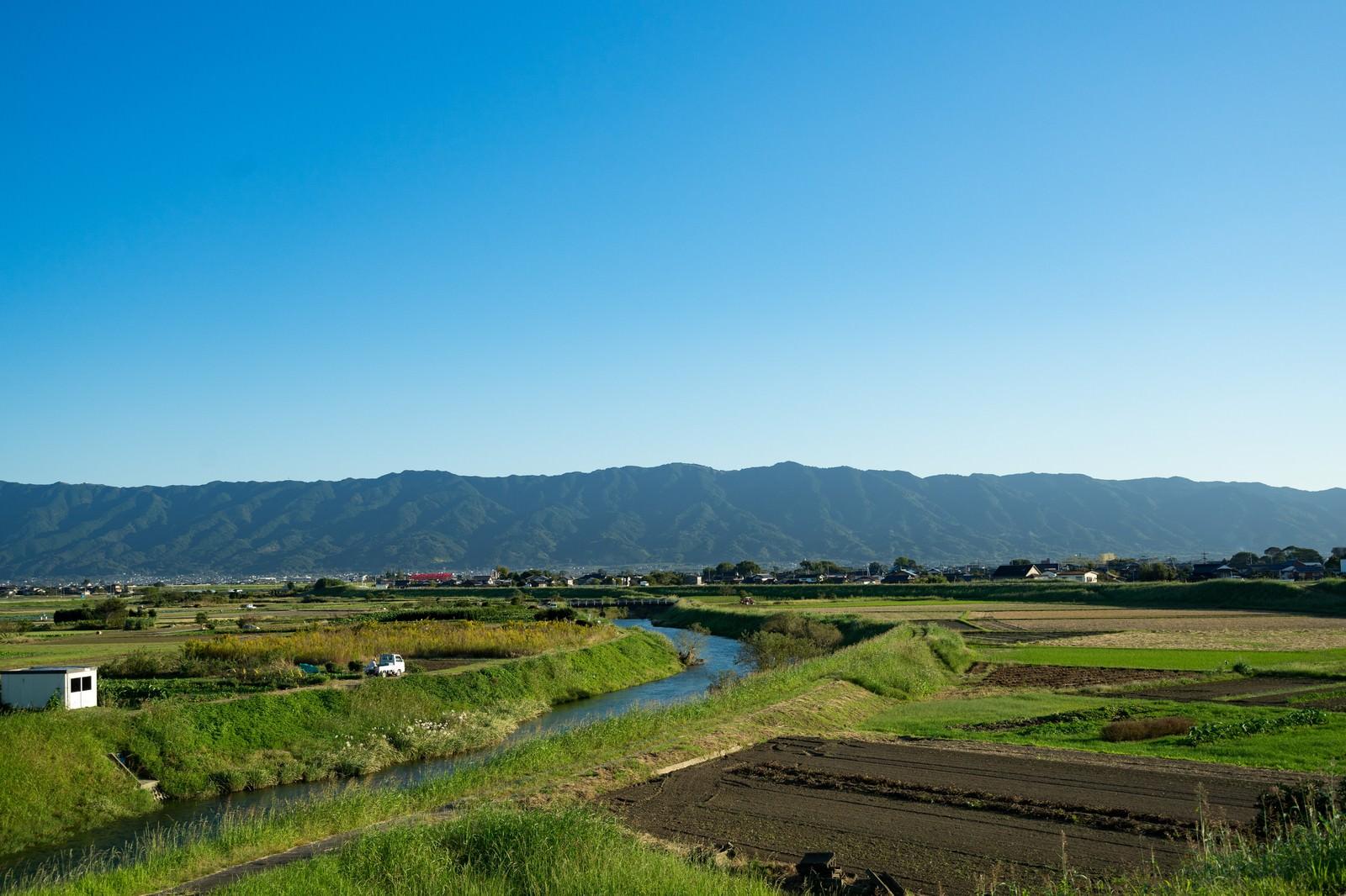 「青空、山、農地のほどよいバランス(福岡県大刀洗)青空、山、農地のほどよいバランス(福岡県大刀洗)」のフリー写真素材
