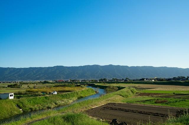 青空、山、農地のほどよいバランス(福岡県大刀洗)の写真