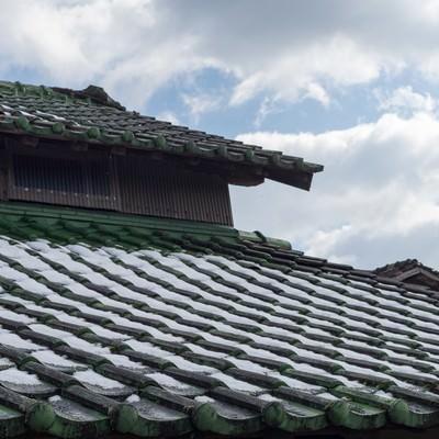 「瓦屋根に雪が残る」の写真素材