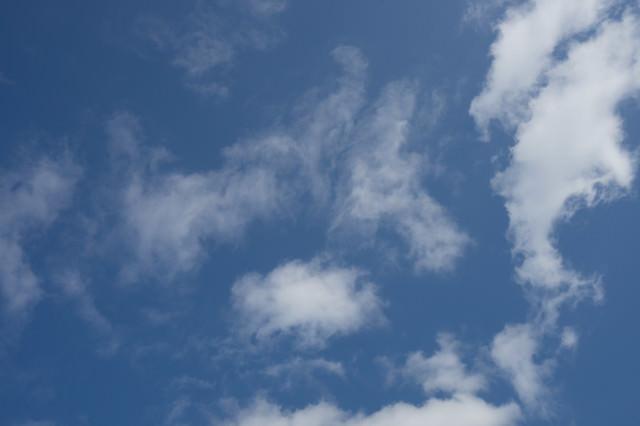 青く晴れた空と雲の写真