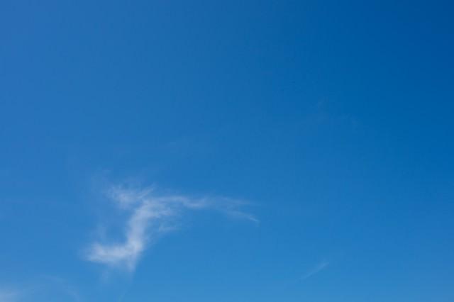 あまり雲がない青空の写真