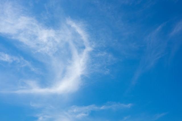 流れる雲と空の写真