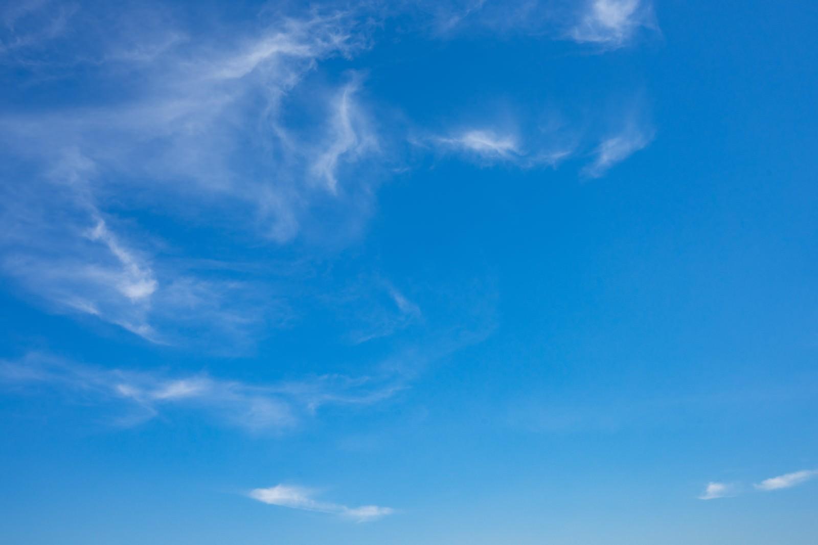 「ちぎれた雲と空」の写真