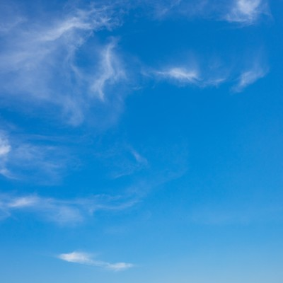 ちぎれた雲と空の写真