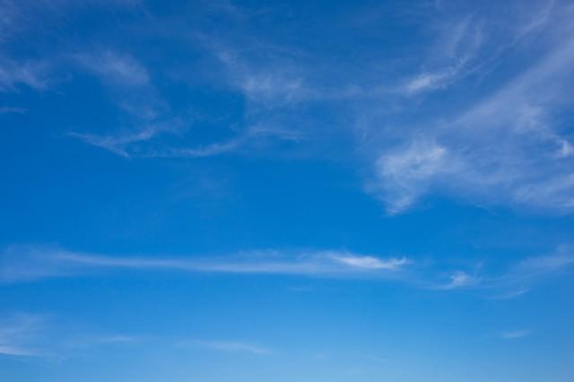 薄い雲と晴れた空の写真