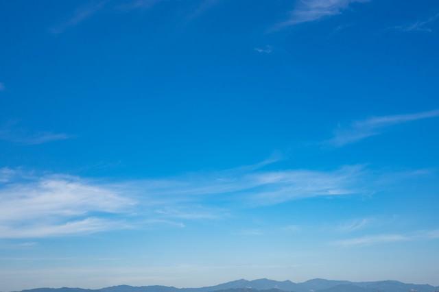 山が青く見えるので晴れの写真
