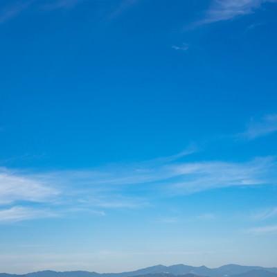 「山が青く見えるので晴れ」の写真素材