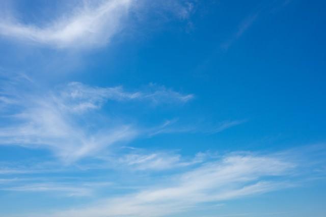 青空に薄い雲の写真
