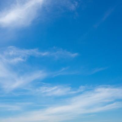 「青空に薄い雲」の写真素材
