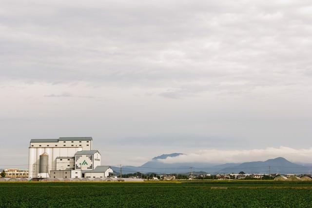 大刀洗町のJA施設と広がる農地の写真