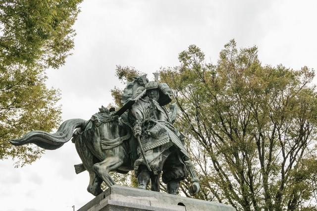 大刀洗公園と菊池武光像の写真