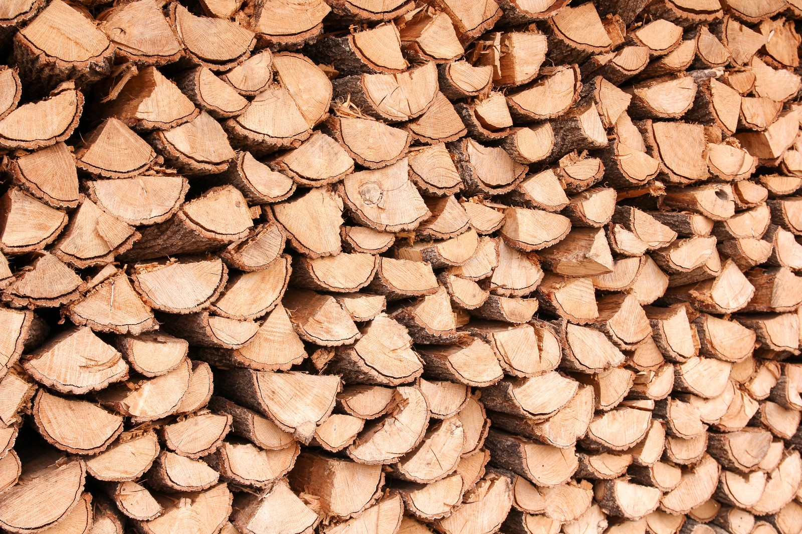 「暖炉用に積み上げられた薪」の写真