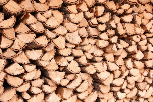 暖炉用に積み上げられた薪の写真