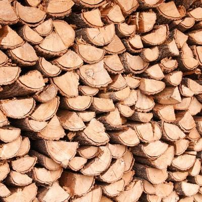 「暖炉用に積み上げられた薪」の写真素材