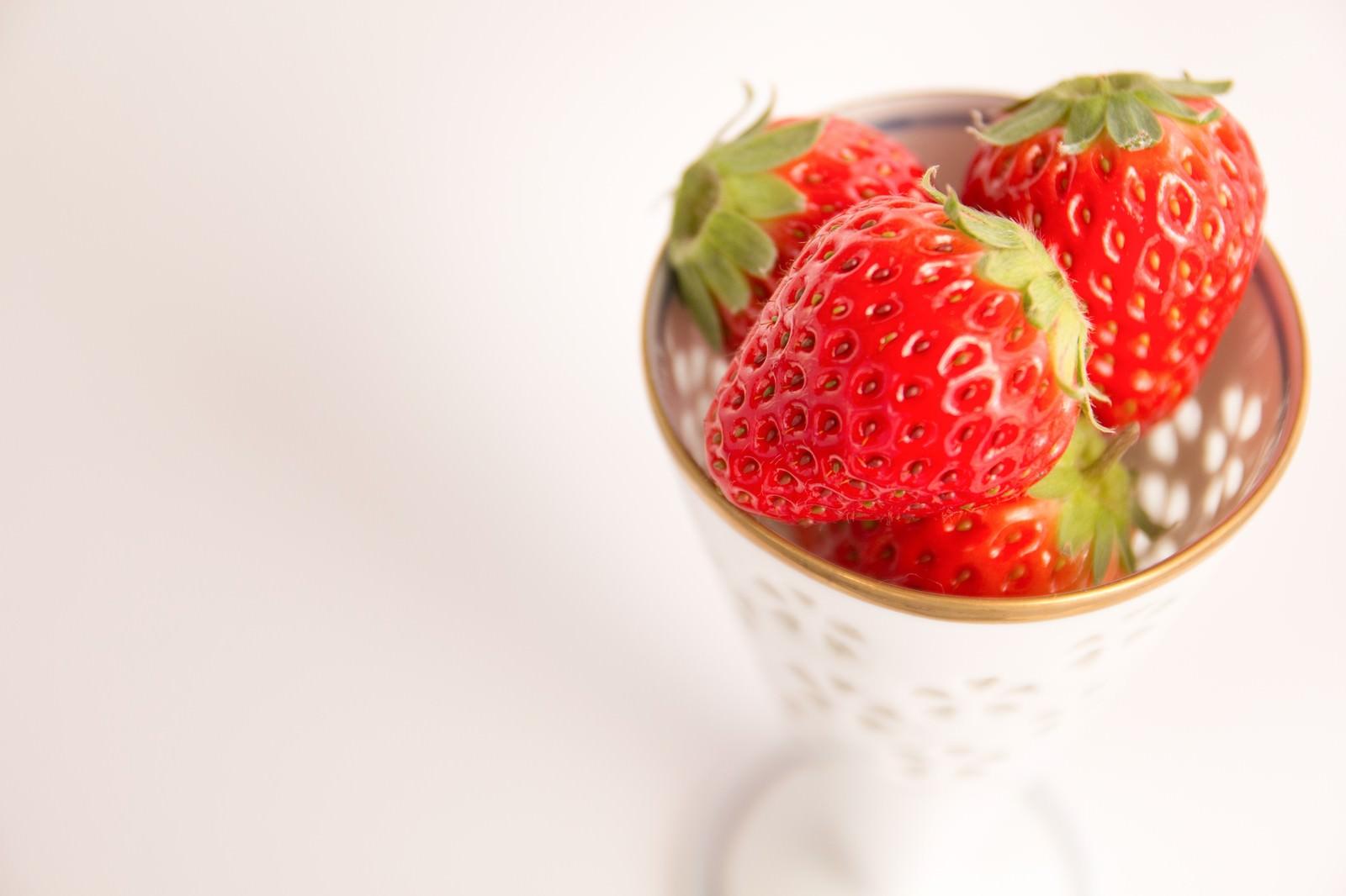 「カップに入った苺」の写真