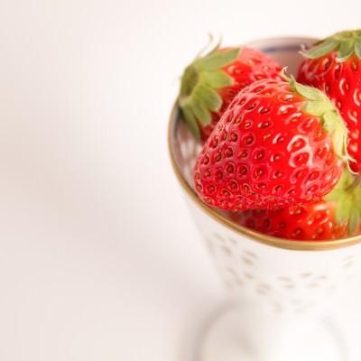 「カップに入った苺」の写真素材