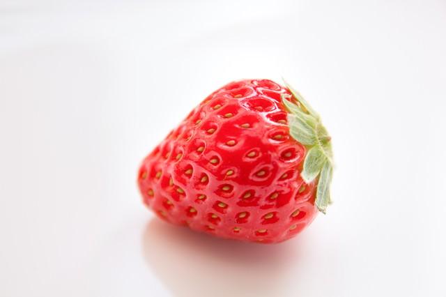 お皿に置かれた苺一粒の写真