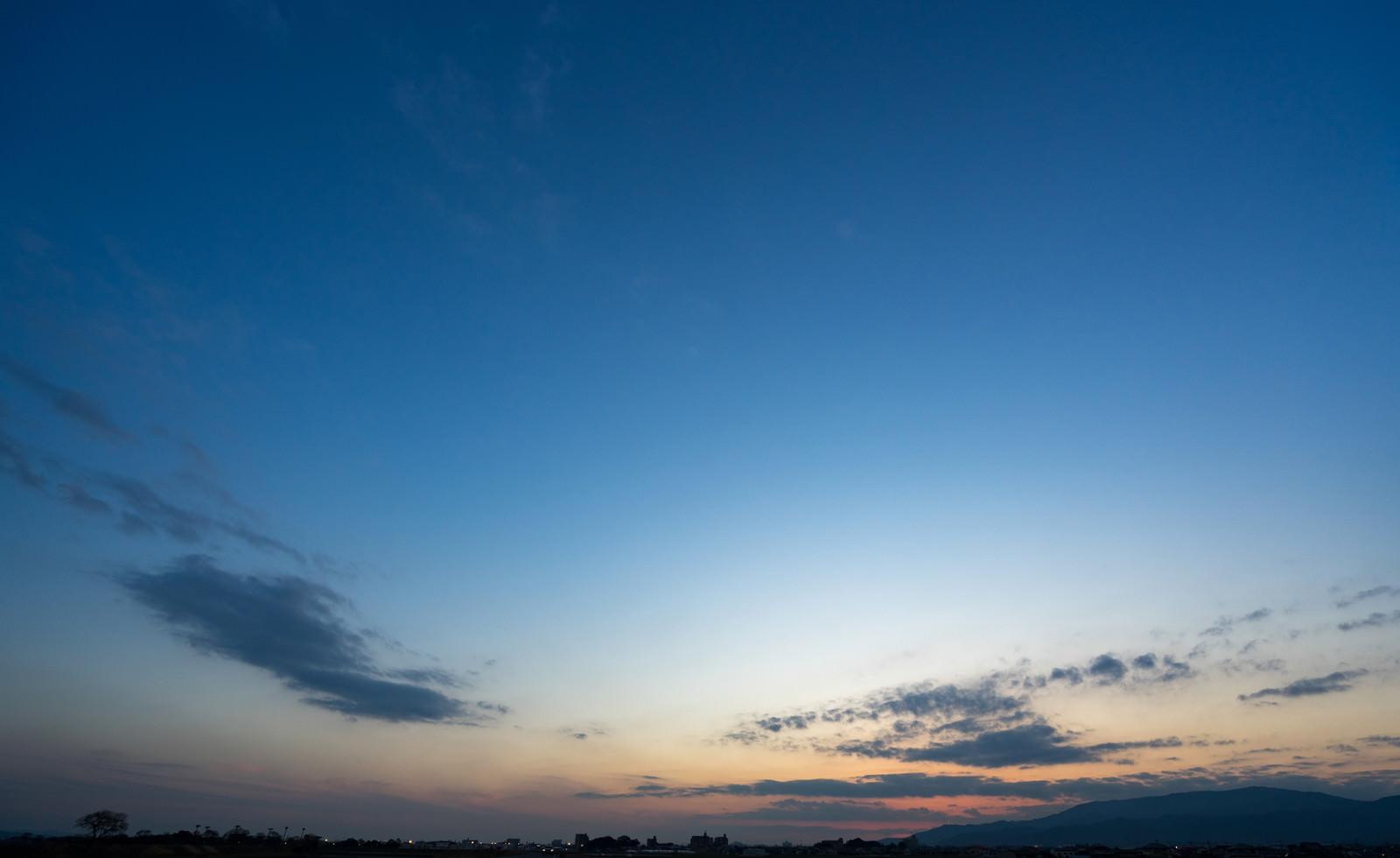 「夕暮れ時、日が沈む」の写真
