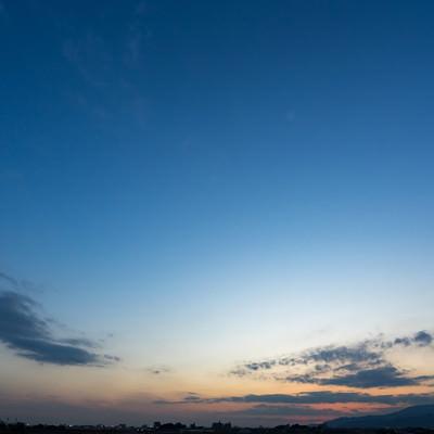 「夕暮れ時、日が沈む」の写真素材