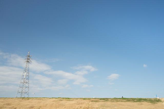 河川敷と鉄塔の写真