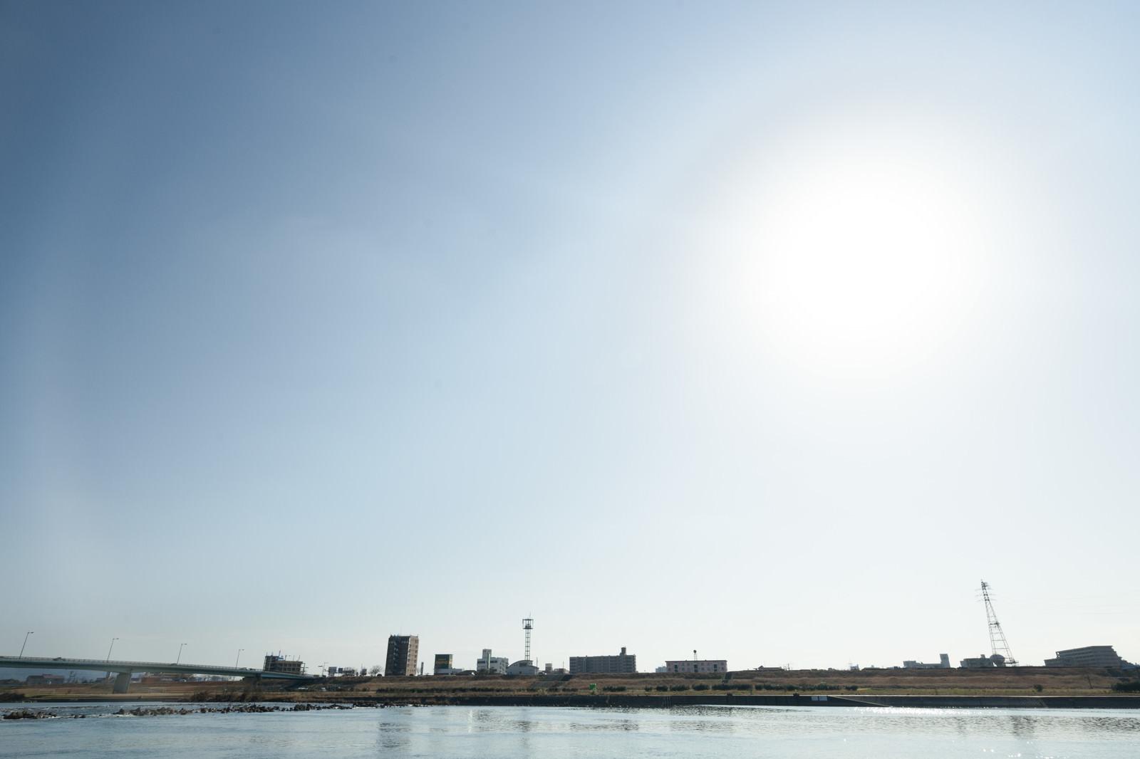 「河川敷と街並み」の写真