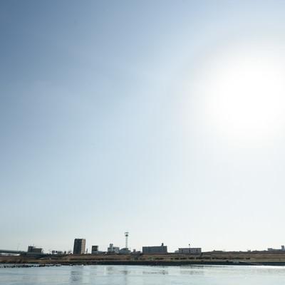 河川敷と街並みの写真