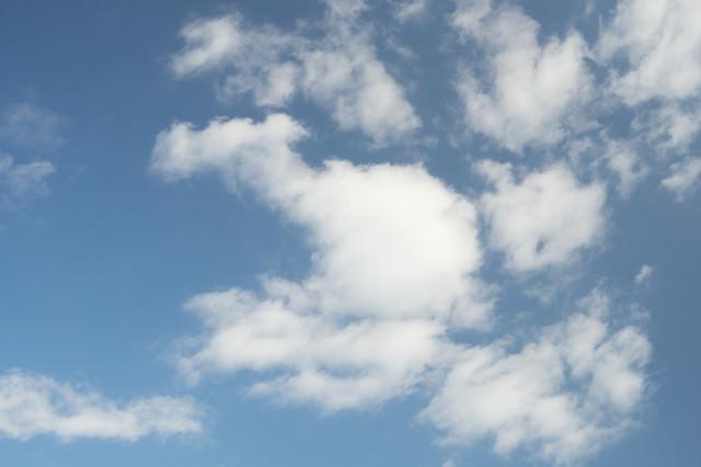 少し雲がかかった空の写真