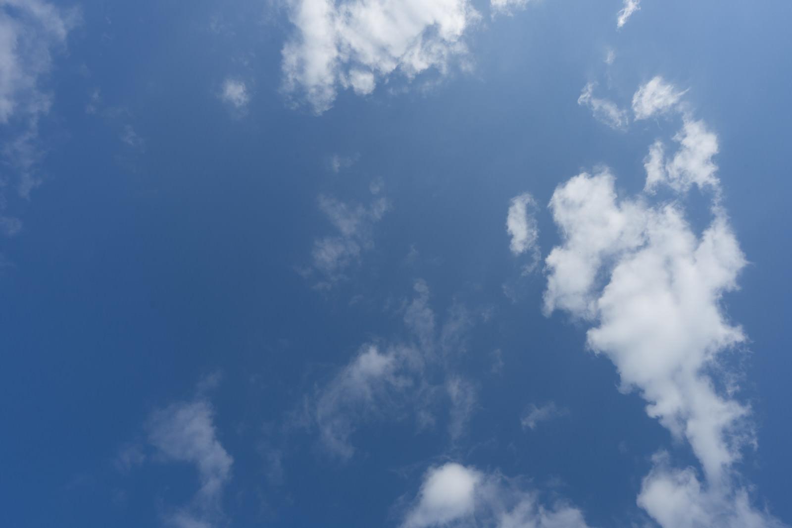 「よく晴れた日の空と雲」の写真