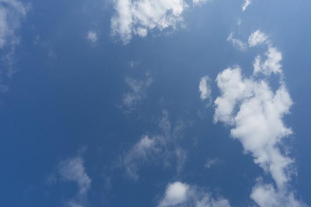 よく晴れた日の空と雲の写真