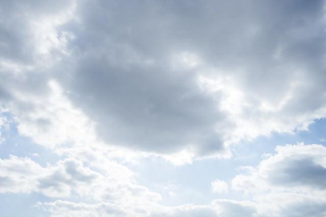 太陽が雲に隠れるの写真