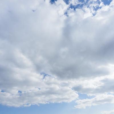 「晴れから、雲が多くなってきた」の写真素材