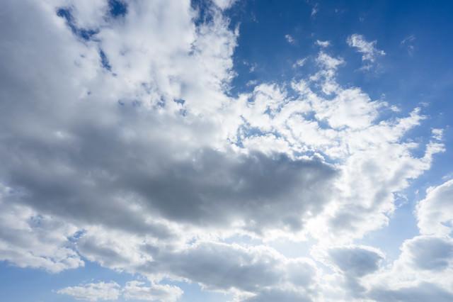 雲で隠れた太陽の写真
