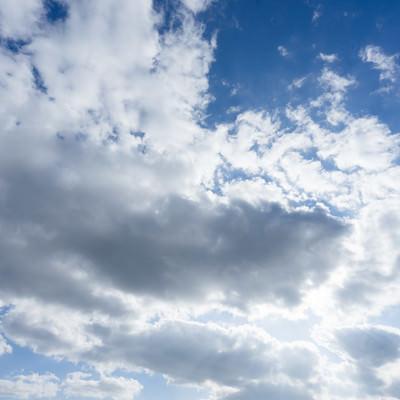 「雲で隠れた太陽」の写真素材