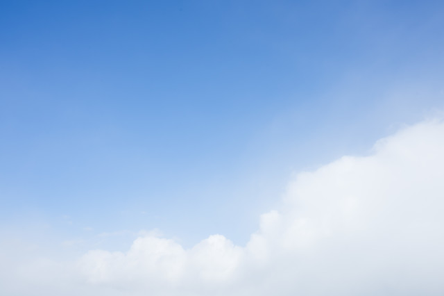 もこもこ雲と青い空の写真
